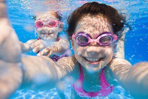 Lær barna å svømme uten frykt.