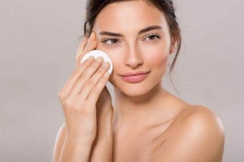 Begynn med en toner for å holde porene mindre.