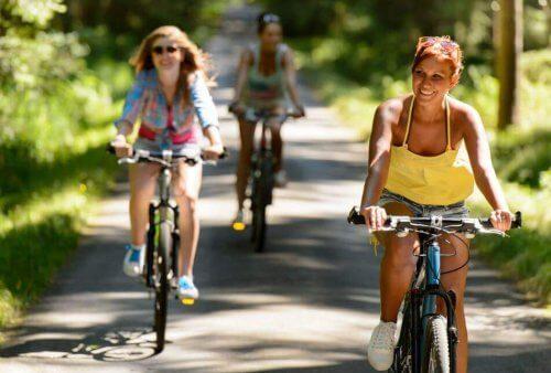 Kvinner sykler