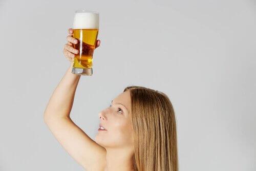 En dame med en halvliter øl som en naturlig hårmaske