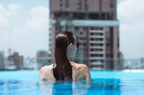 Kvinne i svømmebasseng
