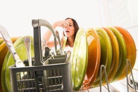 Kvinne kjenner dårlig lukt på kjøkkenet