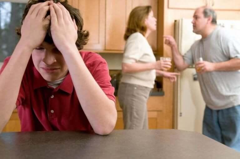 Barn hører på foreldre krangle hjemme