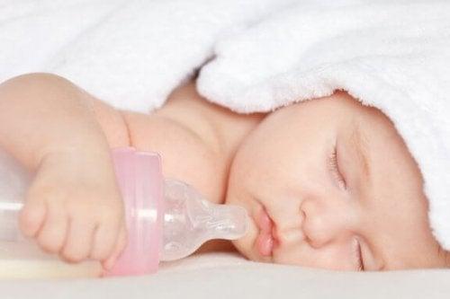 Er det å bruke smokk og flasker skadelig for barn?