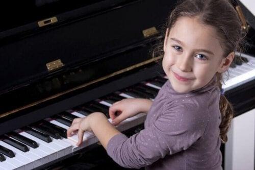 Et begavet barn som spiller piano