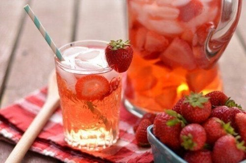 Et forfriskende glass jordbær og sitron drikke.