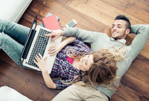 Ungt par holder et ekteskap lykkelig