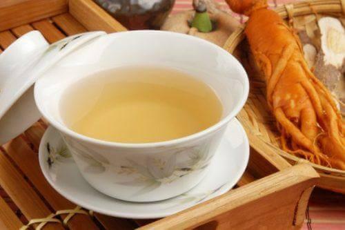 For å behandle gastritt kan du også drikke ginseng-te.