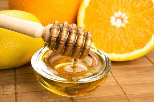 Prøv denne vinaigretten med appelsinjuice og honning.