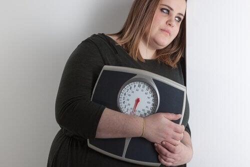 Dame som er deprimert av vekten sin.