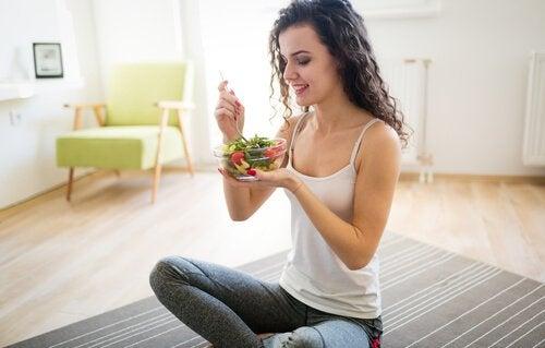 slank og i god form: spis salat.