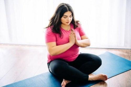 10 grunner til at yoga er bra hvis du er overvektig
