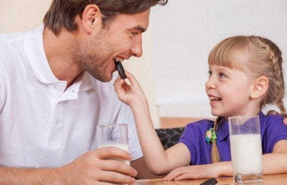 Far og datter spiser sjokolade