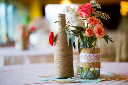 Bruk resirkulerte glassflasker som potter for urter til kjøkkenet!