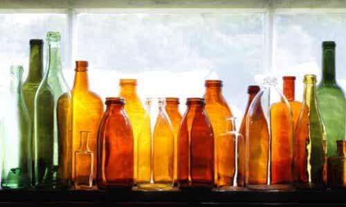 Bruk resirkulerte glassflasker til å dekorere hagen din