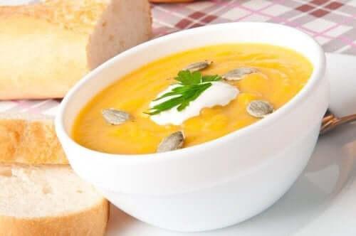 Gresskar suppe med ristet frø og brød.