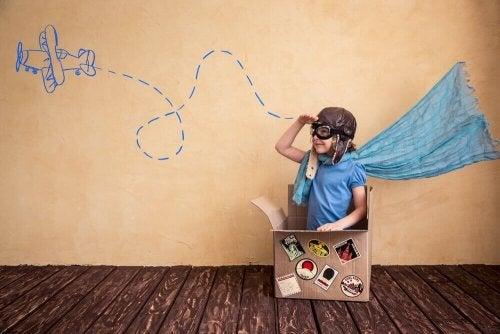 En gutt som leker med en gammel pappeske.