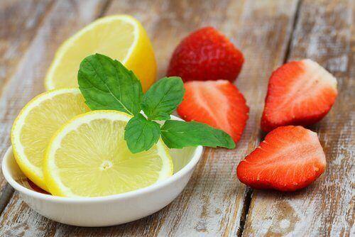 jordbær- og sitronvann kan lages enkelt.