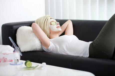 kvinne med ansiktsmaske - tips for å rense huden din riktig