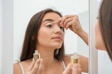 kvinne påfører oljebasert rens