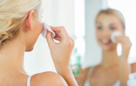 kvinne renser huden