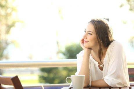 kvinne tenker på partneren sin - tegn på at du virkelig elsker partneren din
