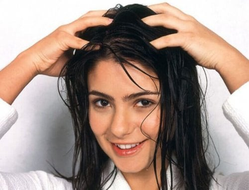 En dame bruker en naturlig hårmaske
