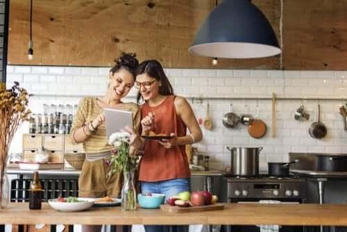 Kvinner lager deilig kyllingbryst til middag.