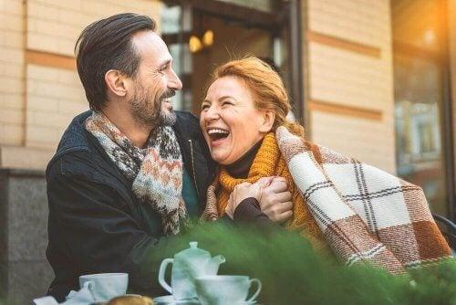Mann og kvinne på date