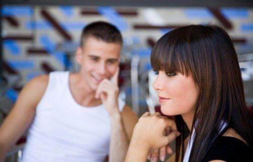 Mann ser på kvinne uten at hun vet det