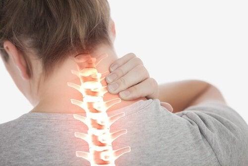 kvinne med nakkesmerter som trenger magnesiumolje