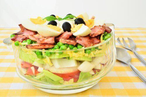 En blanding av salat med grønt og egg