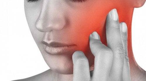 Det finnes flere ulike årsaker til smerter i kjeven.
