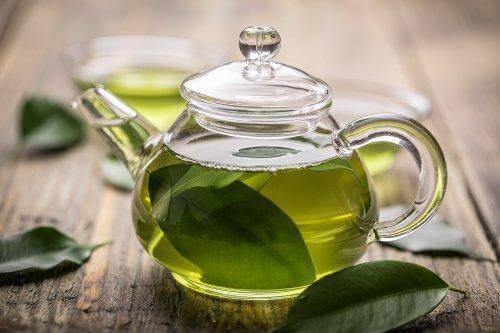 Grønn te med manuka honning for å behandle gastritt.