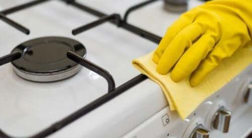 Å rengjøre komfyren naturlig.