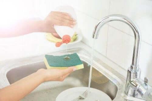 5 triks for å desinfisere kjøkkensvamper