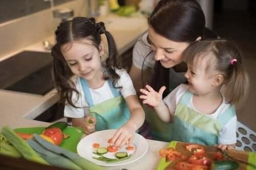 mor og barn kutter grønnsaker