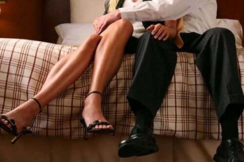 par sitter på sengen