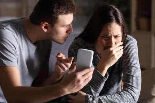 Tillitsproblemer i et parforhold: Hva skal man gjøre?