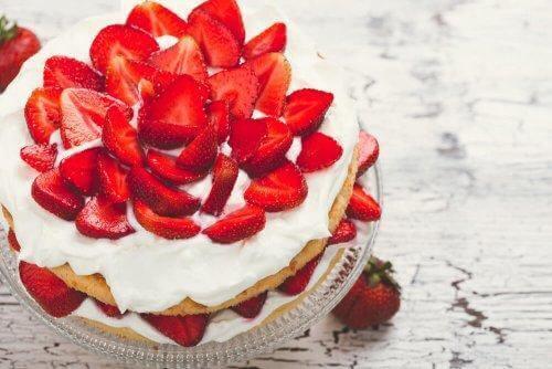 Kjøleskapskake med jordbær – En enkel oppskrift