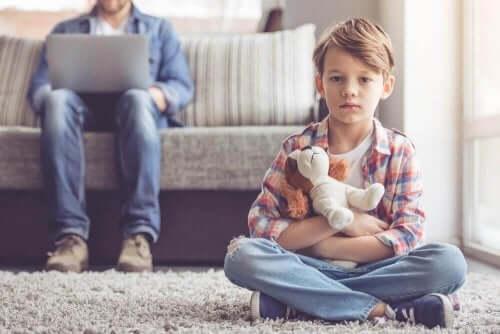 Barn sitter på gulvet