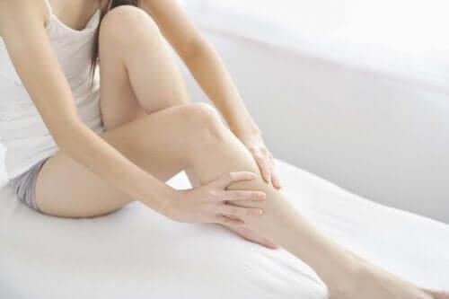 Kvinne med hovne ben