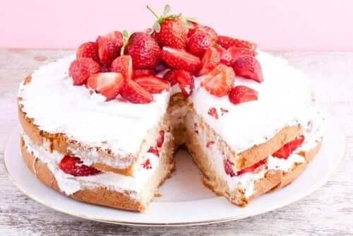Kjøleskapskake med jordbær