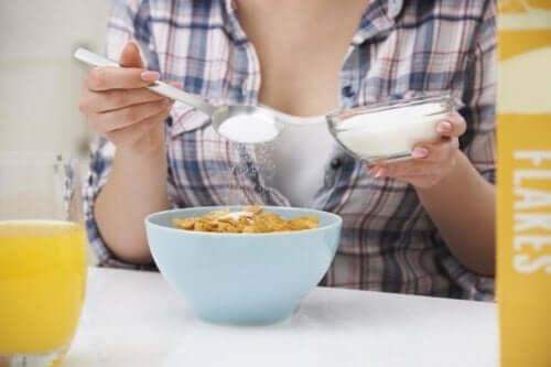 Kvinne spiser frokostblanding med sukker