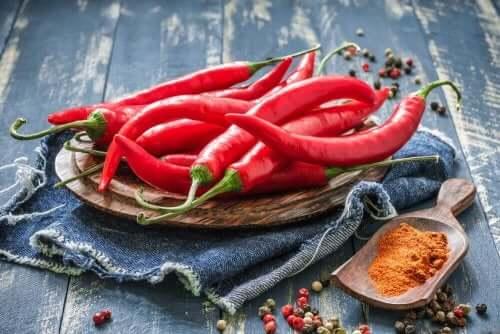 Chili som skal i en sterk tomatsaus som passer til ost- og havreboller