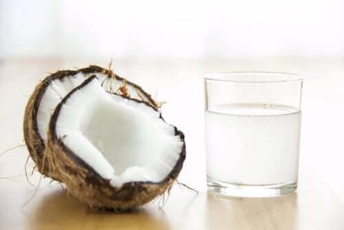 Et glass med kokosvann
