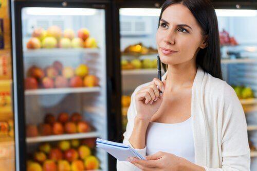 Kvinne tenker på ernæring
