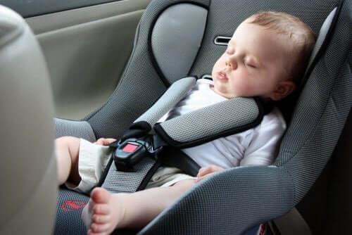 Derfor bør ikke spedbarn sove i bilsetet