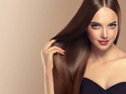Finn ut hvordan du oppnår glatt og skinnende hår