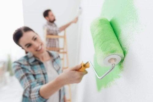 lykkelige par fordeler arbeidsoppgavene i hjemmet